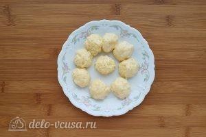 Суп с сырными клецками: Сформировать шарики