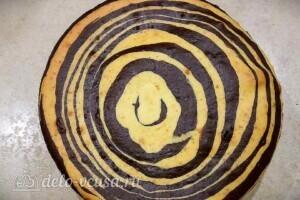 Пирог «Зебра» на сметане: фото к шагу 7.
