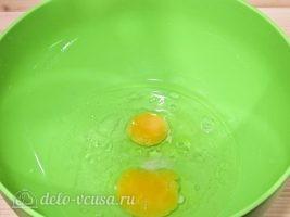 Бешбармак из курицы: Соединить воду и яйца