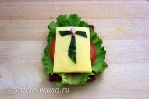 Бутерброды на 23 февраля: Нарезать ломтик сыра