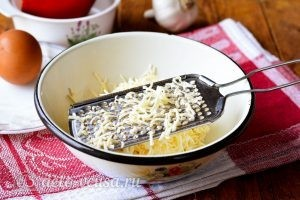 Закуска Белые тюльпаны: Натереть сыр на терке