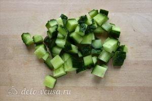 Греческий салат с брынзой: Порезать огурцы