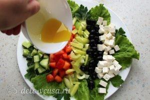 Греческий салат с брынзой: Заправить салат