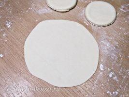 Домашние хинкали с мясом и зеленью: Раскатать лепешку