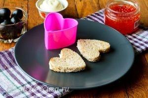 Канапе в форме сердечек: Подготовить хлеб