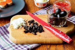 Канапе в форме сердечек: Подготовить оливки и яйца