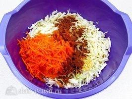 Быстрая капуста по-корейски: Соединить овощи
