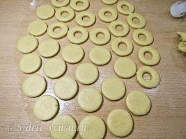 Песочное печенье на палочке: Вырезать печенье