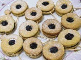 Песочное печенье на палочке: Посыпать сахарной пудрой