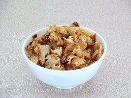 Салат из пекинской капусты с горбушей: Разобрать консервы