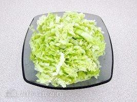 Салат из пекинской капусты с горбушей: Порезать капусту