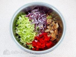 Салат из пекинской капусты с горбушей: Соединить продукты