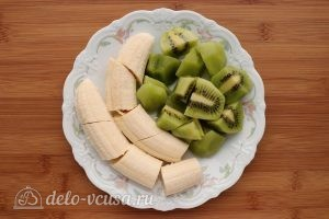 Смузи из киви с бананом и семенами чиа: Фрукты почистить