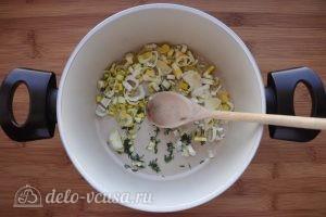 Суп пюре из тыквы и цукини: Обжарить лук