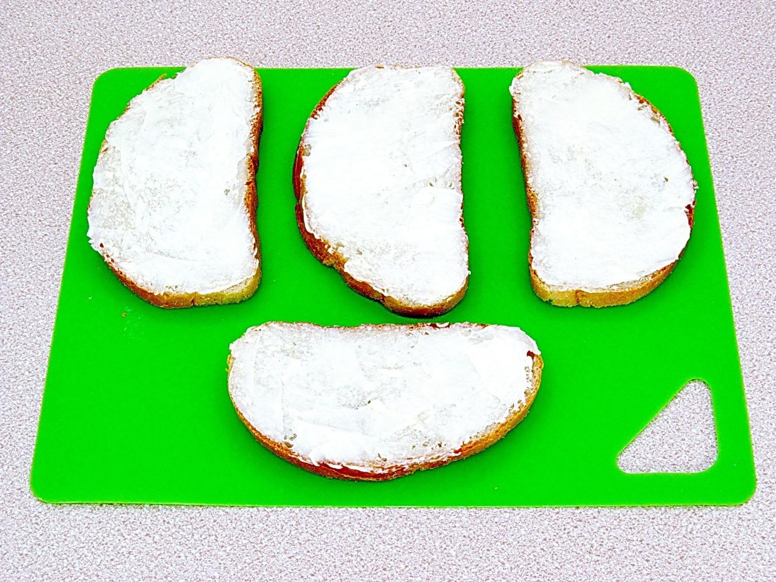 Горячие бутерброды с творогом и тмином: Порезать хлеб