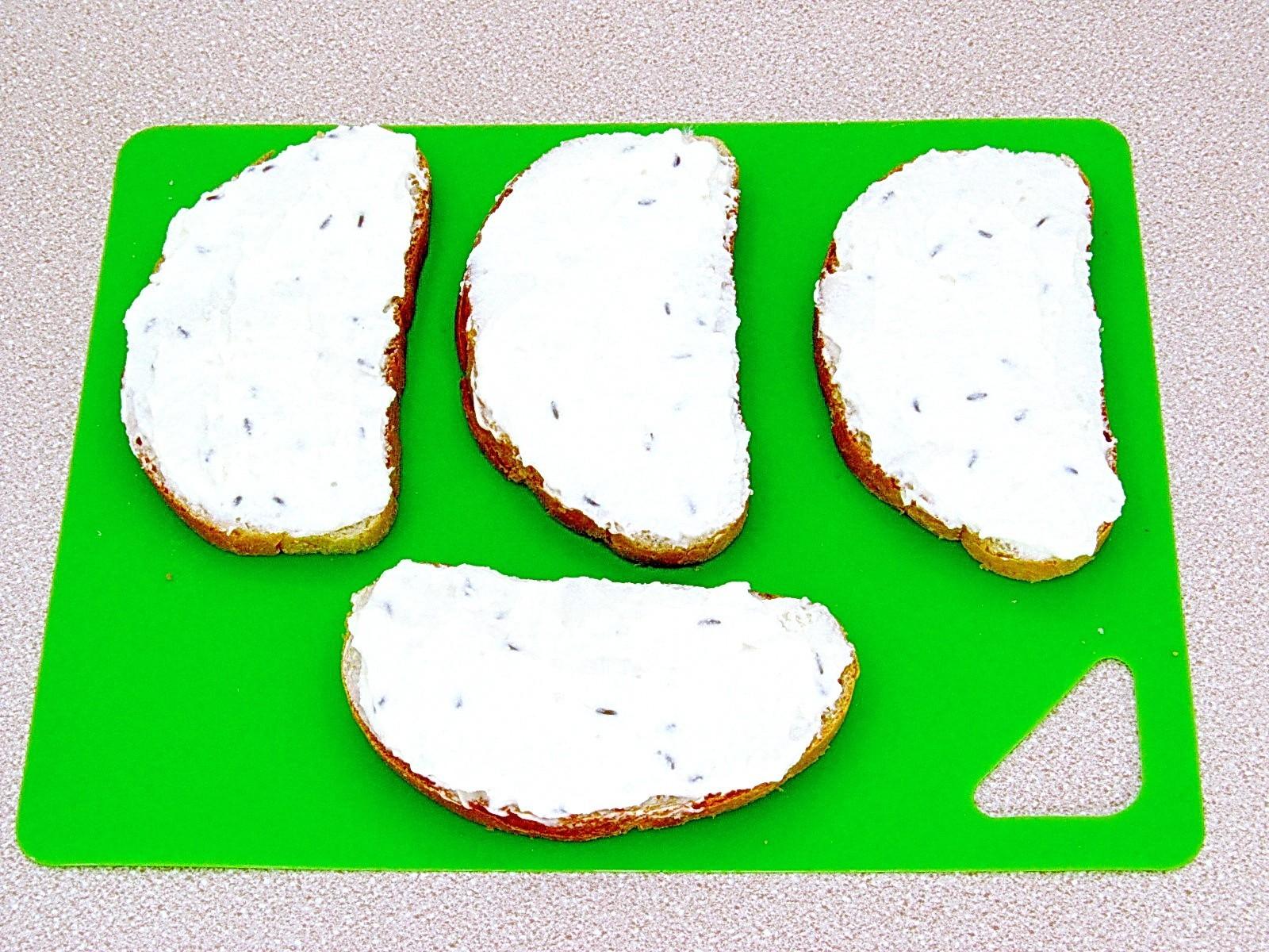 Горячие бутерброды с творогом и тмином: Намазать хлеб начинкой