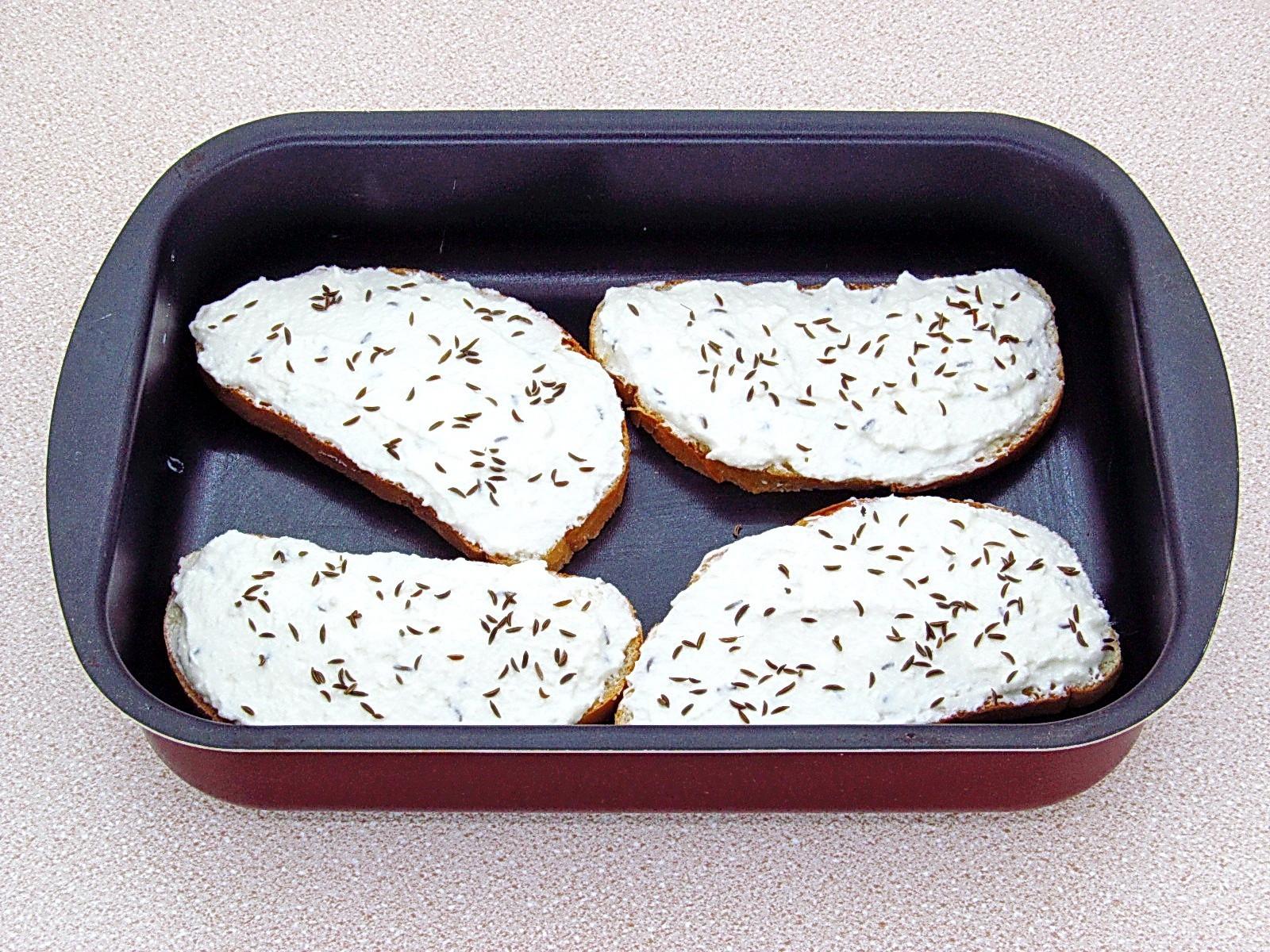 Горячие бутерброды с творогом и тмином: Посыпать тмином