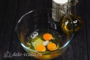 Блины на молоке и 3 начинки с сыром: Взбить яйца