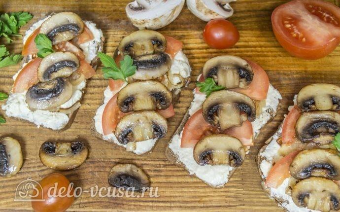 Бутерброды с шампиньонами и помидорами