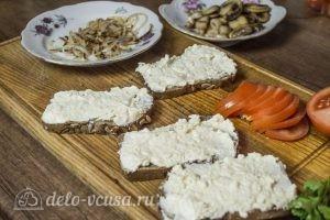 Бутерброды с шампиньонами и помидорами: Намазать хлеб сыр
