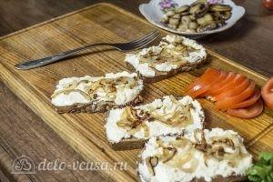 Бутерброды с шампиньонами и помидорами: Добавить лук
