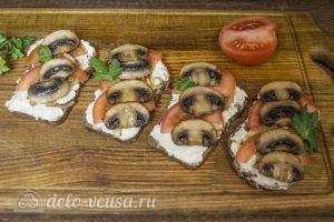 Бутерброды с шампиньонами и помидорами готовы