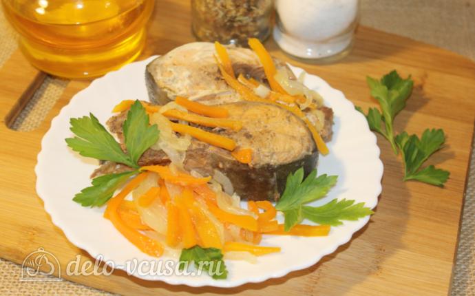 Горбуша с морковью и луком на сковороде