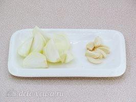 Котлеты из свинины с капустой: Лук и чеснок очистить