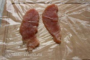 Отбивная из индейки на сковороде: Посолить и поперчить