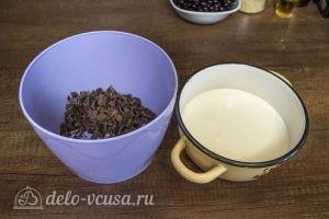 Шоколадный торт с черной смородиной: Сливки нагреть и растопить шоколад