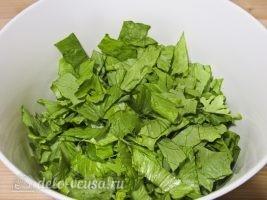 Салат из листьев салата и яйцом: Порезать салатные листья
