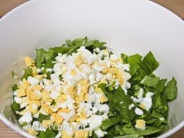 Салат из листьев салата и яйцом: Добавить яйцо