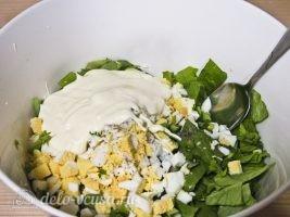 Салат из листьев салата и яйцом: Заправить