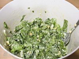 Салат из листьев салата и яйцом: Все хорошо перемешать