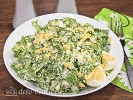 Салат из листьев салата и яйцом готов