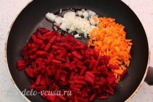 Вегетарианский борщ с фасолью: Потушить овощи