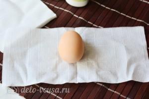 Красим пасхальные яйца с помощью салфеток: фото к шагу 1