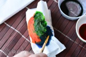 Красим пасхальные яйца с помощью салфеток: фото к шагу 4