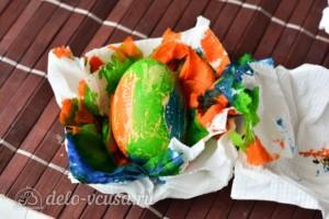 Красим пасхальные яйца с помощью салфеток: фото к шагу 5