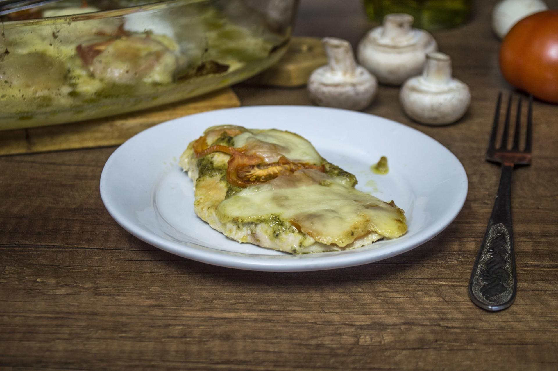 Запеченная куриная грудка с соусом Песто