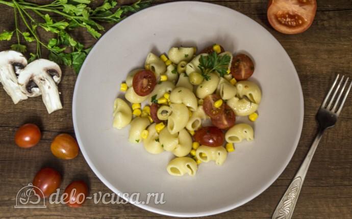 Макароны с оливками, помидорами и кукурузой