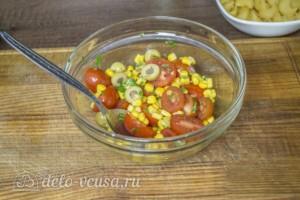 Макароны с оливками, помидорами и кукурузой: фото к шагу 2.