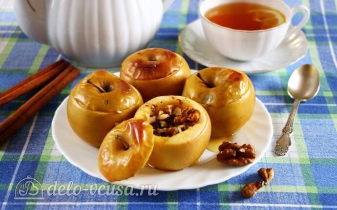 Печеные яблоки с медом и изюмом