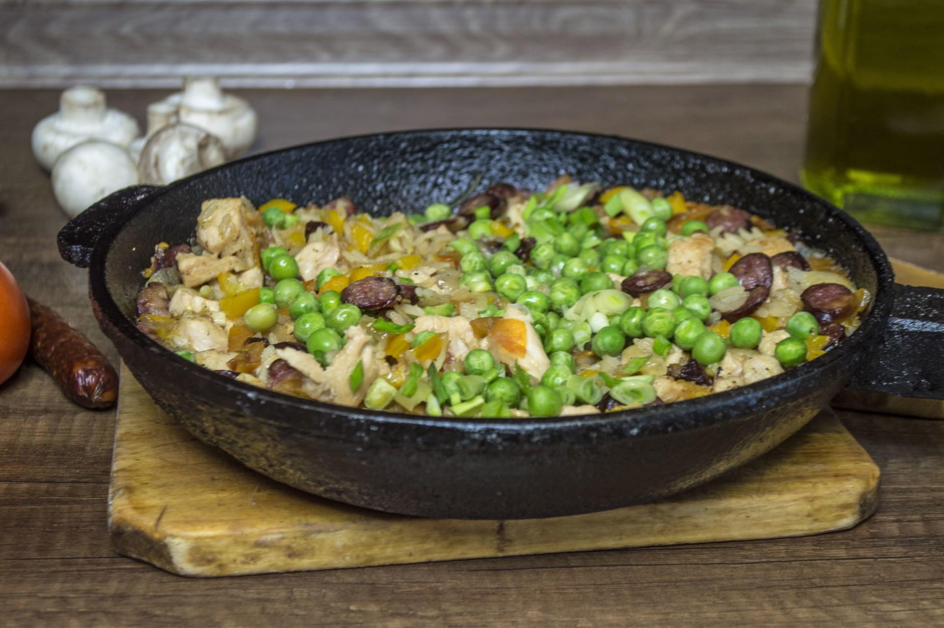 Рис с курицей и копчеными колбасками