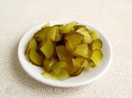 Салат из черной редьки с картофелем и соленым огурцом: фото к шагу 2.