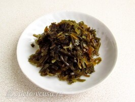 Салат из морской капусты и черной редьки: фото к шагу 2.