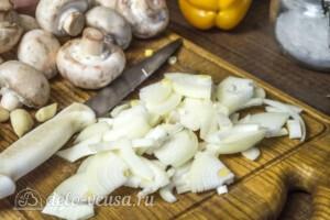 Свинина с грибами и болгарским перцем в горшочках: фото к шагу 1.