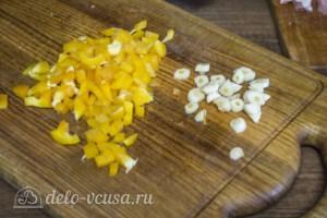 Свинина с грибами и болгарским перцем в горшочках: фото к шагу 4.