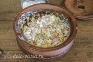 Свинина с грибами и болгарским перцем в горшочках: фото к шагу 5.