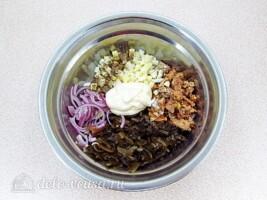 Салат из морской капусты с сайрой: фото к шагу 5.